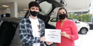 Adriana Álvarez, Vicerrectora de servicios estudiantiles de ULACIT, entregó el certificado de la beca 100% a Andrés Ramírez este miércoles 3 de febrero en Ciudad Toyota.