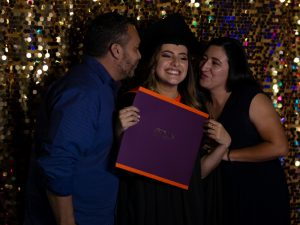 María Celeste Artavia Gutiérrez asistió a su ceremonia de graduación en compañía de sus hermanos Luis Artavia y Tania Valerio