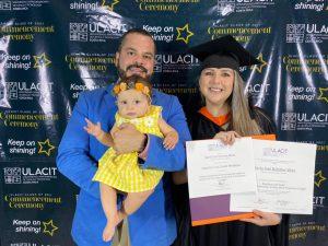 María José Bolaños compartió su experiencia de graduación de este jueves junto a su esposo, Daniel, y a su hija, Sol.