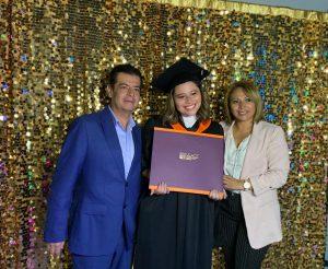 Michelle Zúñiga disfrutó de la ceremonia de graduación en compañía de sus padres.
